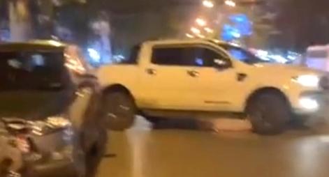 2 tài xế xô xát sau va chạm, điều khiển xe đâm vào ô tô đối thủ