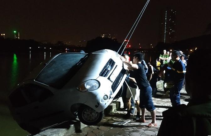 Hà Nội: Ô tô 4 chỗ lao thẳng xuống hồ Linh Đàm lúc nửa đêm
