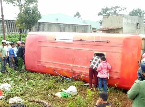 Né người băng qua đường, xe khách tông liên hoàn làm 3 người thương vong