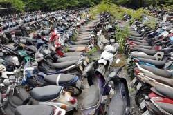 Để xe máy dưới trời nắng nóng quá lâu: Nhanh hỏng hóc và nguy hiểm