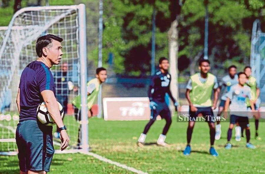 nhieu doi bong khong muon m league quay lai som hlv malaysia lo sot vo