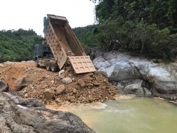Tiếp tục lấp suối, làm đường tìm 11 công nhân còn mất tích ở Rào Trăng 3