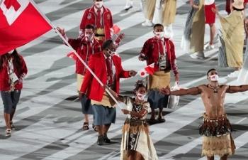 Võ sĩ Tonga cởi trần lại gây sốt khai mạc Olympic
