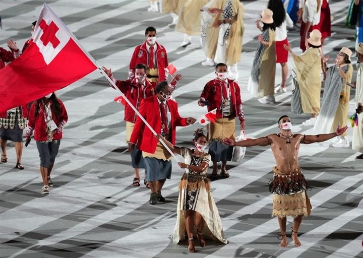 Võ sĩ Tonga cởi trần lại gây sốt khai mạc Olympic - 1