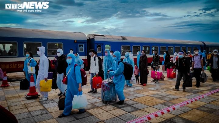 Ảnh: Chuyến tàu nghĩa tình chở 814 người dân Hà Tĩnh rời tâm dịch cập bến - 1