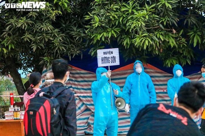Ảnh: Chuyến tàu nghĩa tình chở 814 người dân Hà Tĩnh rời tâm dịch cập bến - 2