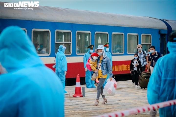 Ảnh: Chuyến tàu nghĩa tình chở 814 người dân Hà Tĩnh rời tâm dịch cập bến - 4