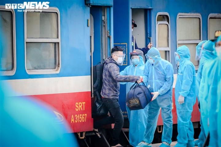 Ảnh: Chuyến tàu nghĩa tình chở 814 người dân Hà Tĩnh rời tâm dịch cập bến - 5