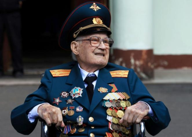 Cựu chiến binh Nga 102 tuổi đánh bại COVID-19 dù phổi tổn thương 80% - 2