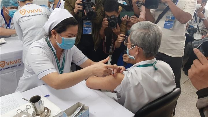Phó Chủ tịch TP.HCM: Tiến độ tiêm vaccine COVID-19 chậm, mong bà con kiên nhẫn  - 2