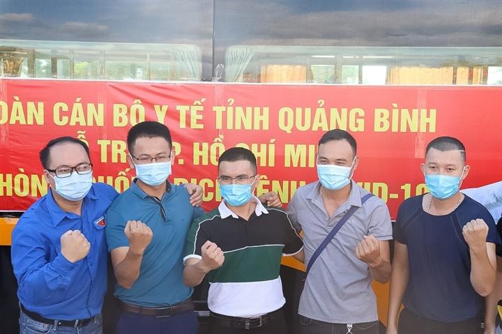 Ảnh: 29 bác sĩ, điều dưỡng Quảng Bình lên đường chi viện TP.HCM chống dịch  - 2