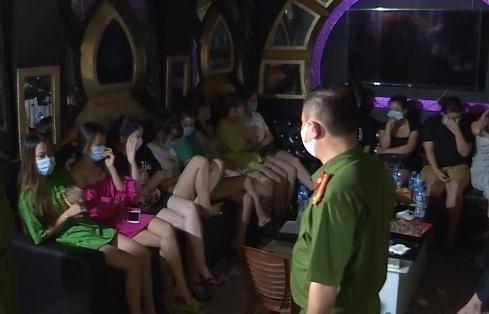 """""""Hát chui"""" mùa dịch, chủ quán và khách bị phạt 75 triệu đồng, cách ly tại chỗ"""