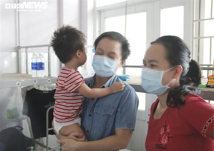 Ảnh: Theo chân bác sĩ đi lấy mẫu xét nghiệm PCR cho bệnh nhân COVID-19 - 4