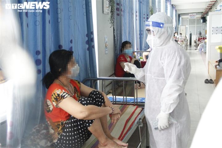 Ảnh: Theo chân bác sĩ đi lấy mẫu xét nghiệm PCR cho bệnh nhân COVID-19 - 1