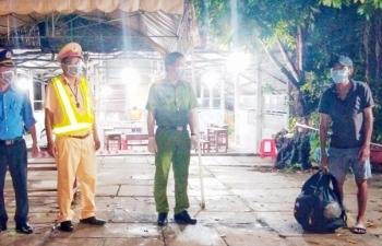 Anh thợ hồ mất việc, đi bộ 4 ngày từ Bình Phước đến Sóc Trăng được hỗ trợ về quê