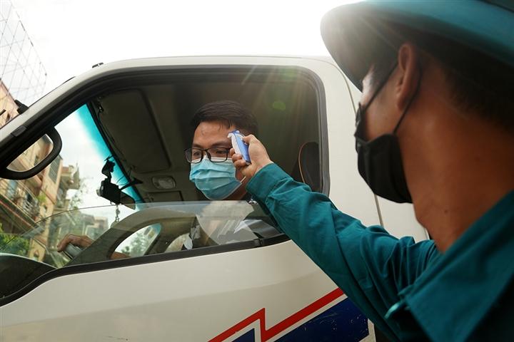 Ảnh: Trình giấy đi đường không hợp lệ, nhiều người Hà Nội phải quay đầu xe - 2