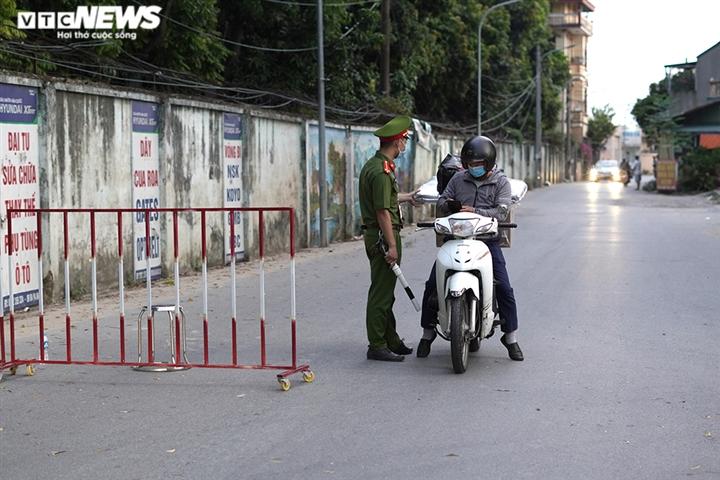 Ảnh: Trình giấy đi đường không hợp lệ, nhiều người Hà Nội phải quay đầu xe - 13