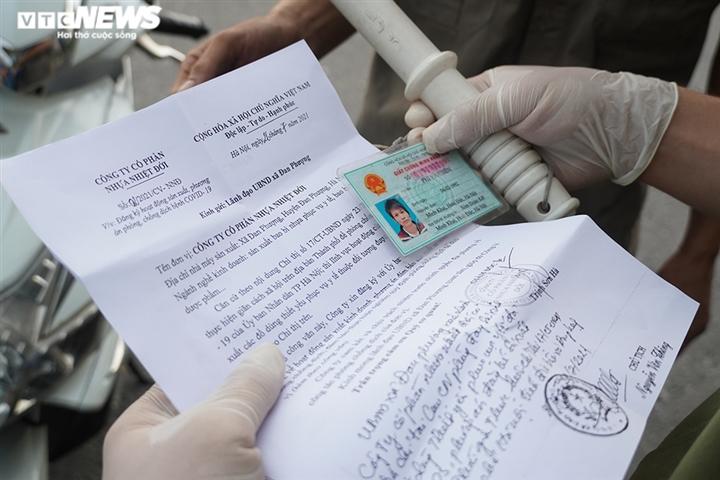 Ảnh: Trình giấy đi đường không hợp lệ, nhiều người Hà Nội phải quay đầu xe - 7