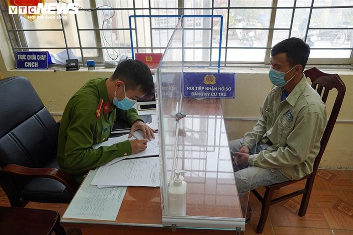 Ảnh: Trình giấy đi đường không hợp lệ, nhiều người Hà Nội phải quay đầu xe - 9