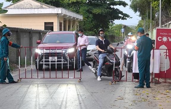 Ảnh: Trình giấy đi đường không hợp lệ, nhiều người Hà Nội phải quay đầu xe