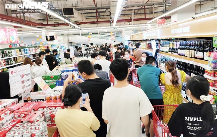 Dân đổ xô đi mua đồ trước ngày áp dụng giãn cách: Siêu thị ở Đà Nẵng đầy ắp hàng - 1