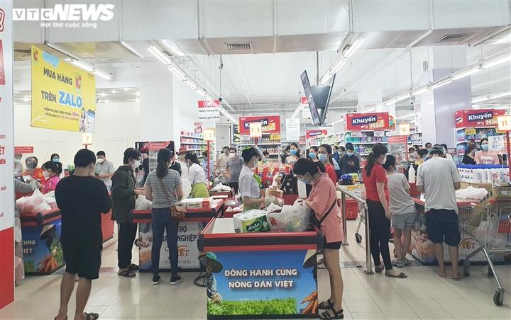 Dân đổ xô đi mua đồ trước ngày áp dụng giãn cách: Siêu thị ở Đà Nẵng đầy ắp hàng - 2