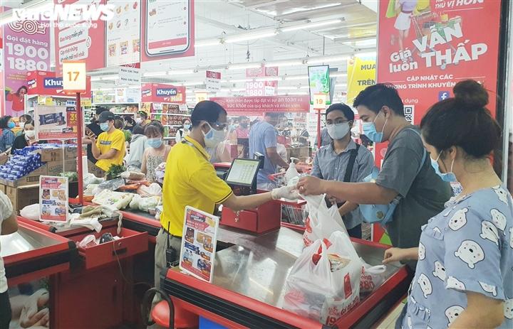 Dân đổ xô đi mua đồ trước ngày áp dụng giãn cách: Siêu thị ở Đà Nẵng đầy ắp hàng - 7