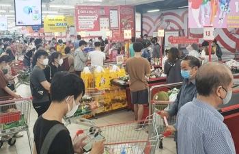 Dân đổ xô đi mua đồ trước ngày áp dụng giãn cách: Siêu thị ở Đà Nẵng đầy ắp hàng