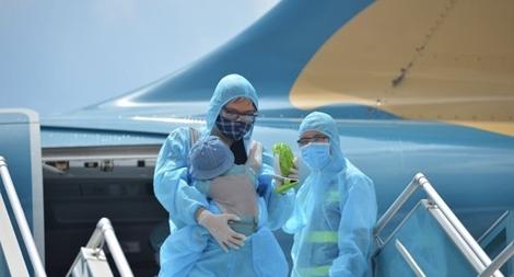 Chuyến bay đầu tiên chở du khách mắc kẹt ở Đà Nẵng đã về tới Hà Nội