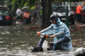 Bí kíp đi xe máy qua vùng ngập nước bị chết máy mùa mưa