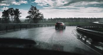 Lái xe như thế nào để không bị mất lái, trượt nước khi trời mưa