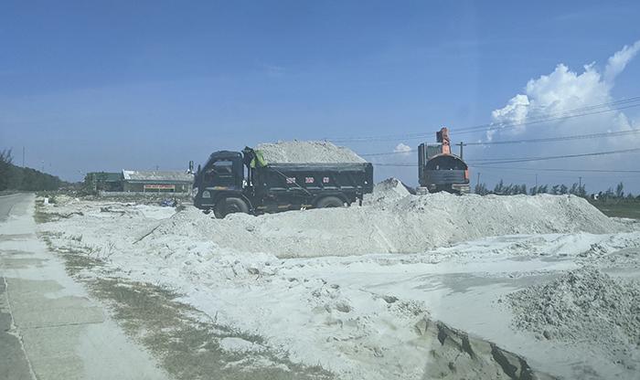 Nguy cơ tai nạn giao thông từ việc bán cát nạo vét ao, hồ nuôi trồng thủy sản -0