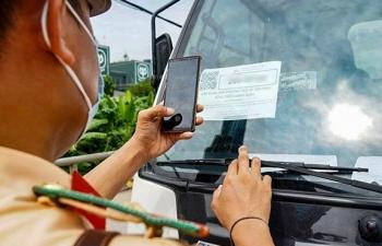 Bị phát hiện dùng giấy tờ giả, tài xế chống đối, đỗ xe giữa đường