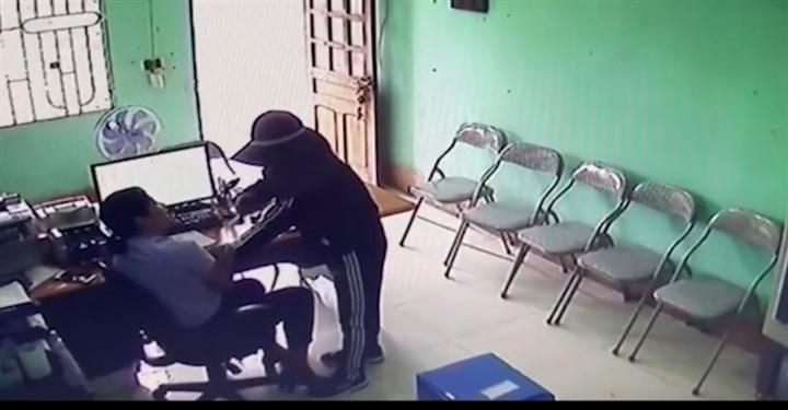 Nữ quái khống chế nhân viên quỹ tín dụng cướp tiền ở Hà Tĩnh - 1