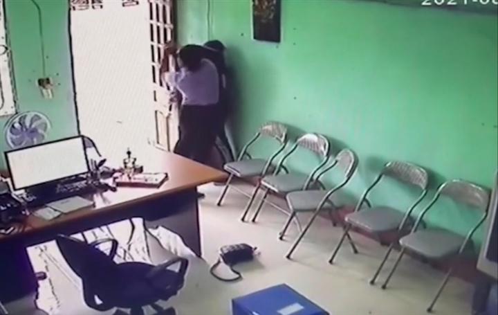 Nữ quái khống chế nhân viên quỹ tín dụng cướp tiền ở Hà Tĩnh - 2