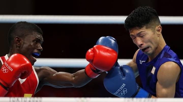 Ngồi xe lăn rời sàn đấu, võ sĩ Nhật Bản vẫn được xử thắng cuộc  - 1