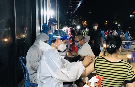 Ảnh: Người dân TP.HCM phấn khởi đi tiêm vaccine COVID-19 trong đêm