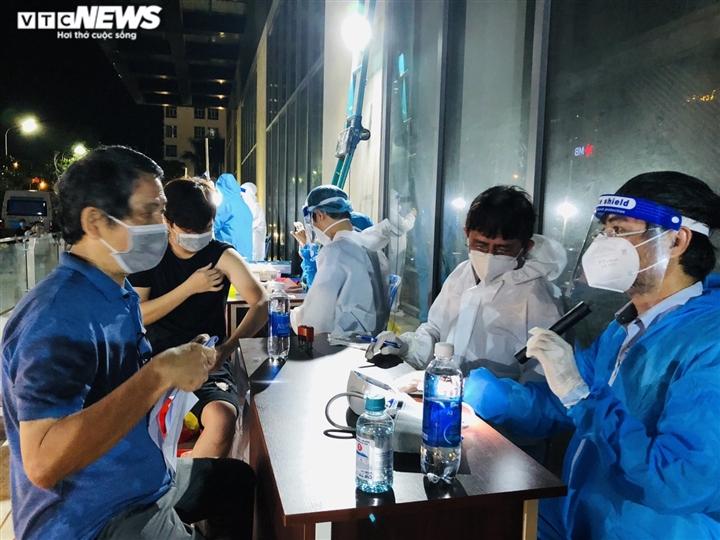 Ảnh: Người dân TP.HCM phấn khởi đi tiêm vaccine COVID-19 trong đêm - 4