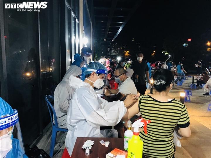 Ảnh: Người dân TP.HCM phấn khởi đi tiêm vaccine COVID-19 trong đêm - 12