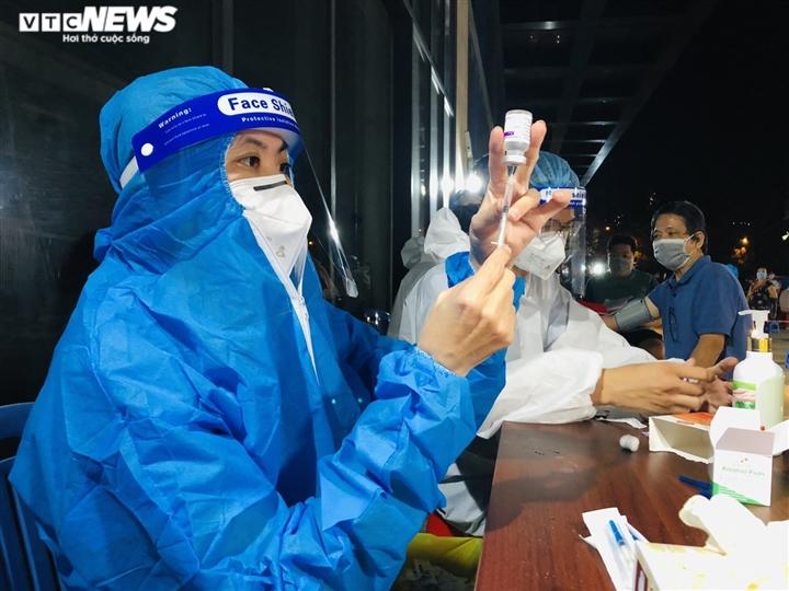 Ảnh: Người dân TP.HCM phấn khởi đi tiêm vaccine COVID-19 trong đêm - 10