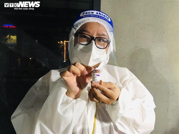 Ảnh: Người dân TP.HCM phấn khởi đi tiêm vaccine COVID-19 trong đêm - 11