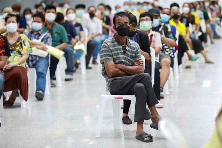 Thái Lan tiếp tục tăng kỷ lục ca COVID-19, Campuchia đạt 80% mục tiêu tiêm chủng - 1