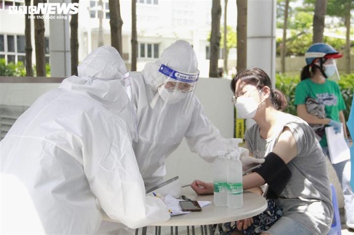 Người nước ngoài biết tiếng Việt làm phiên dịch hỗ trợ tiêm vaccine COVID-19 - 3