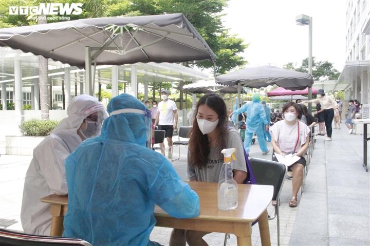 Người nước ngoài biết tiếng Việt làm phiên dịch hỗ trợ tiêm vaccine COVID-19 - 1