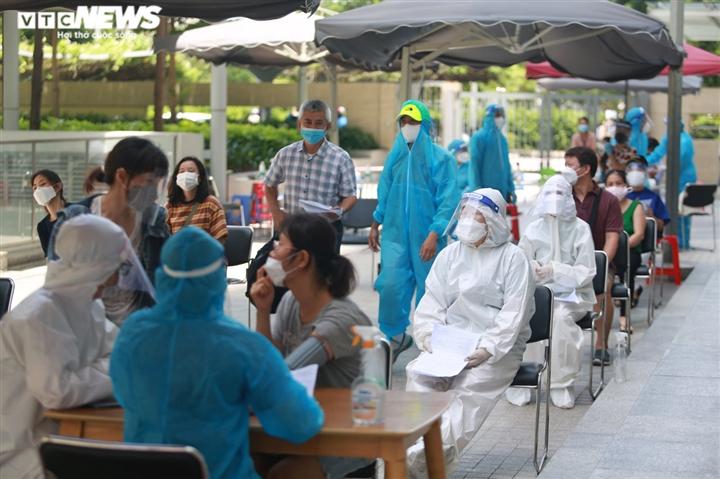Người nước ngoài biết tiếng Việt làm phiên dịch hỗ trợ tiêm vaccine COVID-19 - 4