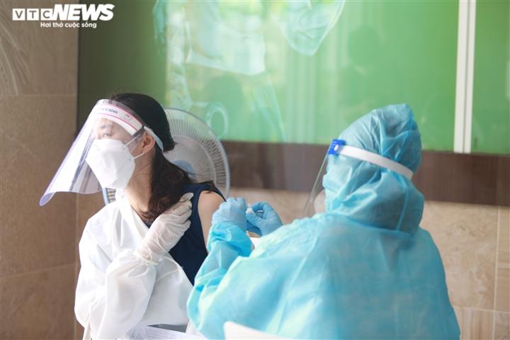 Người nước ngoài biết tiếng Việt làm phiên dịch hỗ trợ tiêm vaccine COVID-19 - 5