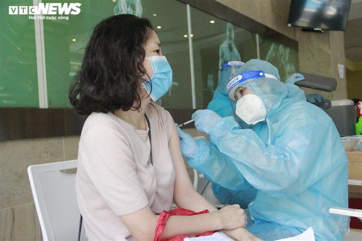 Người nước ngoài biết tiếng Việt làm phiên dịch hỗ trợ tiêm vaccine COVID-19 - 11