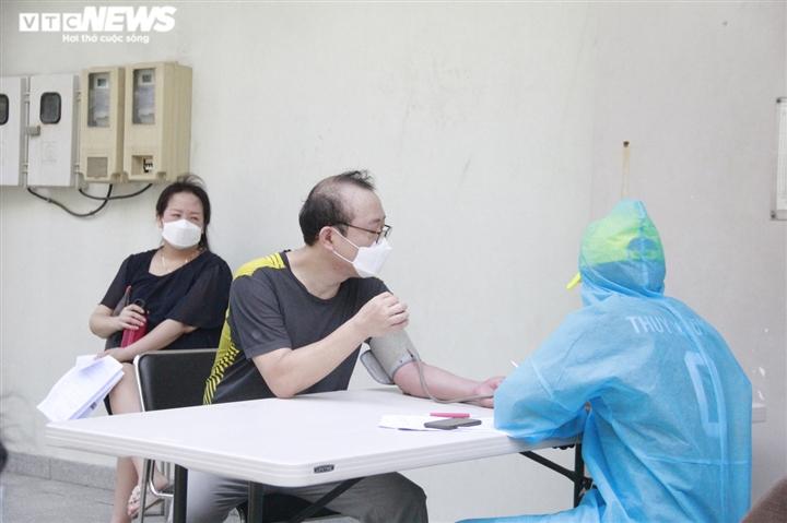 Người nước ngoài biết tiếng Việt làm phiên dịch hỗ trợ tiêm vaccine COVID-19 - 13