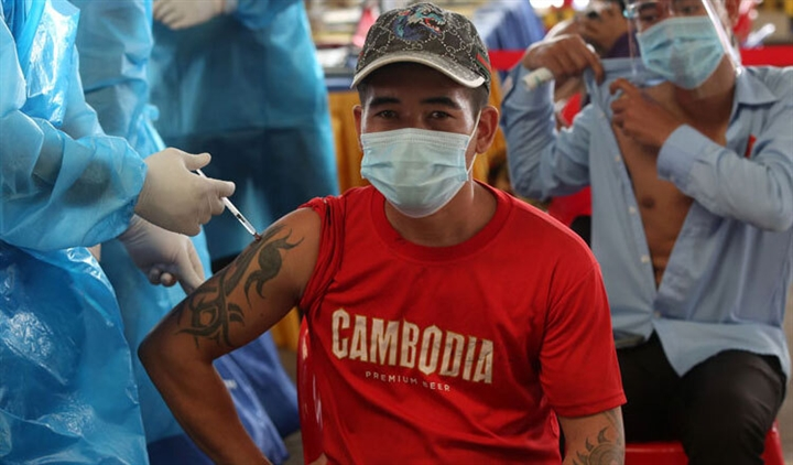 Thái Lan tiếp tục tăng kỷ lục ca COVID-19, Campuchia đạt 80% mục tiêu tiêm chủng - 2