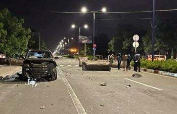 Say rượu lái ô tô tông vào rào chắn chốt kiểm soát COVID-19 giữa đêm khuya